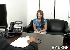 Tricky dude tempts a playgirl at an interview bonks her hard