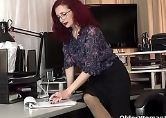 American milf Zinnia Blue takes a masturbation break