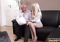 Teen hottie cheats on her boyfriend with his daddy